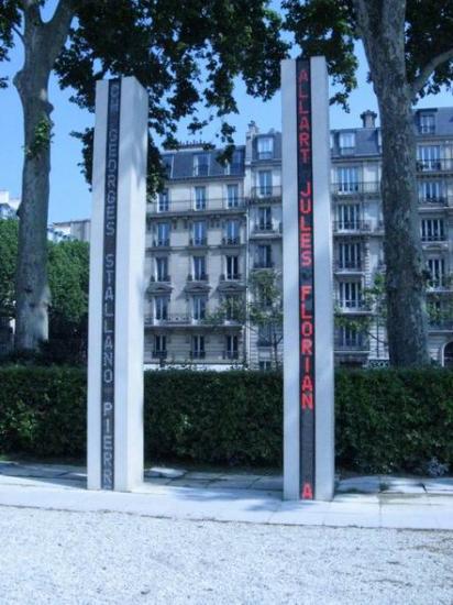 94 RI Paris 2012 Monument AFN Quai Branly Colonne blanche et rouge